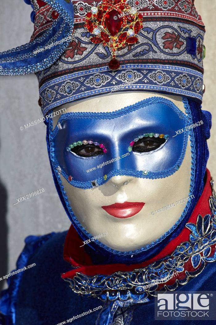 Imagen: Traditional Venetian mask at Carnival 2017, Venice, Italy.