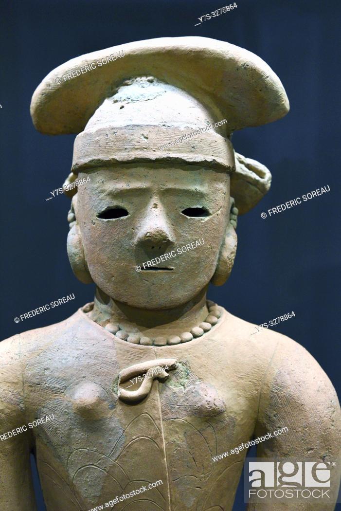 Imagen: Haniwa, Terracotta tomb figurine, woman in formal attire, Kofun period, 6 th century, Tokyo National Museum, Tokyo, Honshu, Japan, Asia.