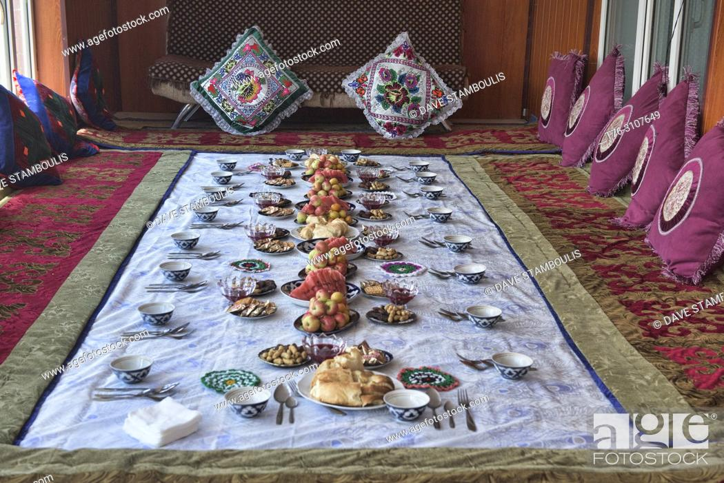 Imagen: Traditional Kyrgyz welcoming snacks, Sary Mogul, Kygyzstan.