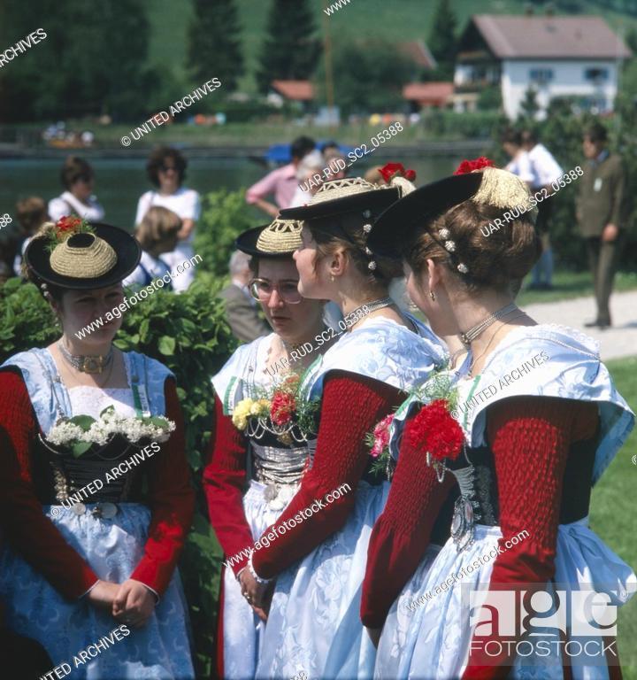 Imagen: Oberbayern, Landkreis Miesbach, Gemeinde Schliersee, 1980er. Trachtenfest. Bayerinnen im Dirndl. Upper Bavaria, Miesbach county, municipality of Schliersee.