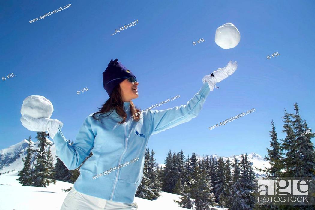 Stock Photo: Frau, Winterspa? in den ?sterreichischen Alpen - Young Woman, Winter Fun in the Austrian Alps.
