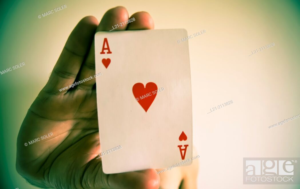 Imagen: Hand holding an ace of hearts.