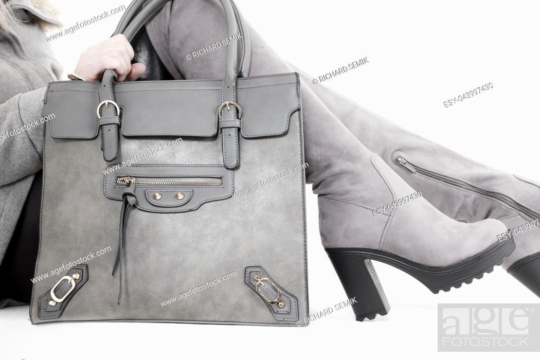 Imagen: detail woman wearing boots with a handbag.
