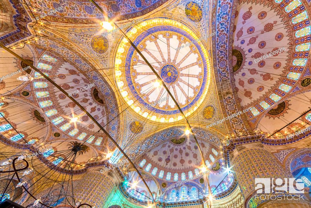 Imagen: Interior decoration view and artworks of Blue Mosque also called Sultan Ahmed Mosque. Ceiling and domes decorations. ISTANBUL,TURKEY- MARCH 11, 2017.