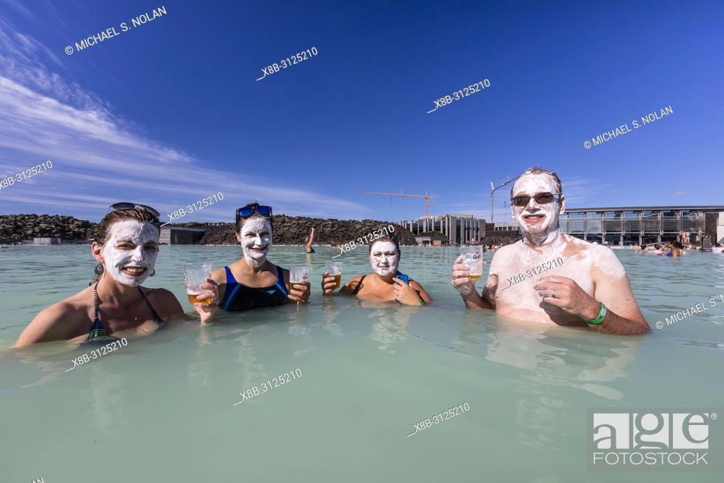Imagen: Guests enjoy the thermal waters and mud treatments of the Blue Lagoon, BlaÌ. a loÌ. nið , Iceland.