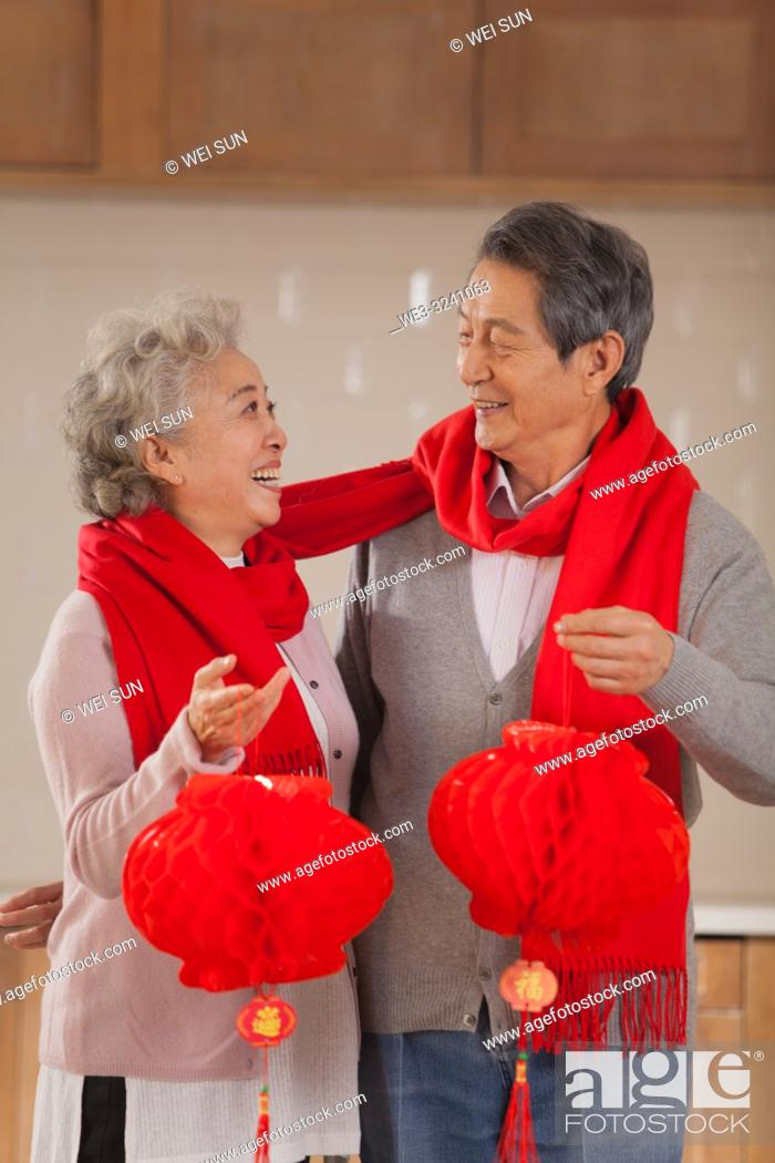 Imagen: Chinese old couple celebrate the Spring Festival.