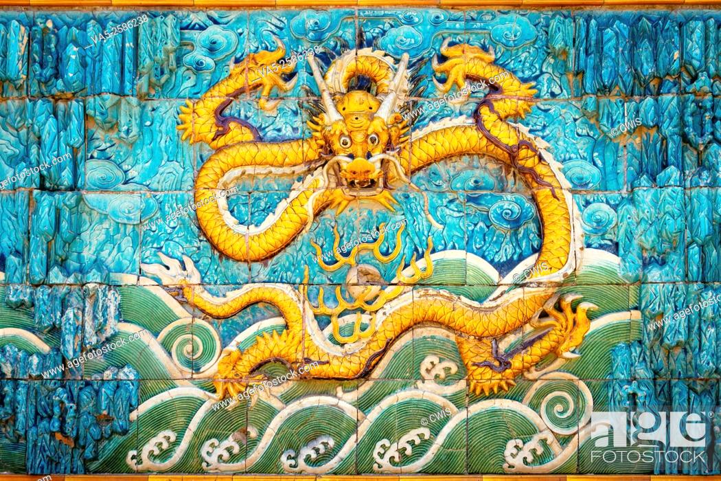 Imagen: Beijing, China - Close up of the dragon on the Nine-Dragon Wall at Forbidden City.