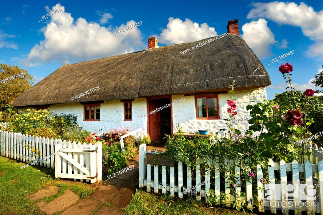Stock Photo: Thatched Long House from Harem at the Ryedale Folk Museum, Hutton Le Hole, North Yorks Moors National Park, Yorkshire, England.