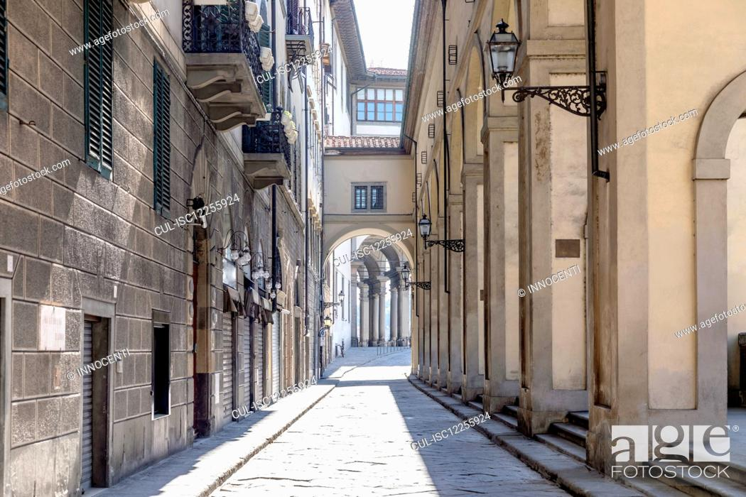 Imagen: View down an empty street in Florence, Italy during the Corona virus crisis.