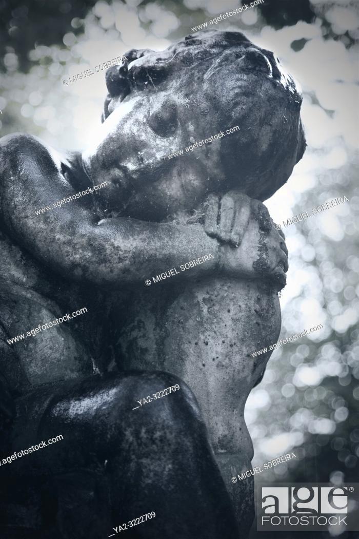 Imagen: Stone Cherub Resting in Cemetery.