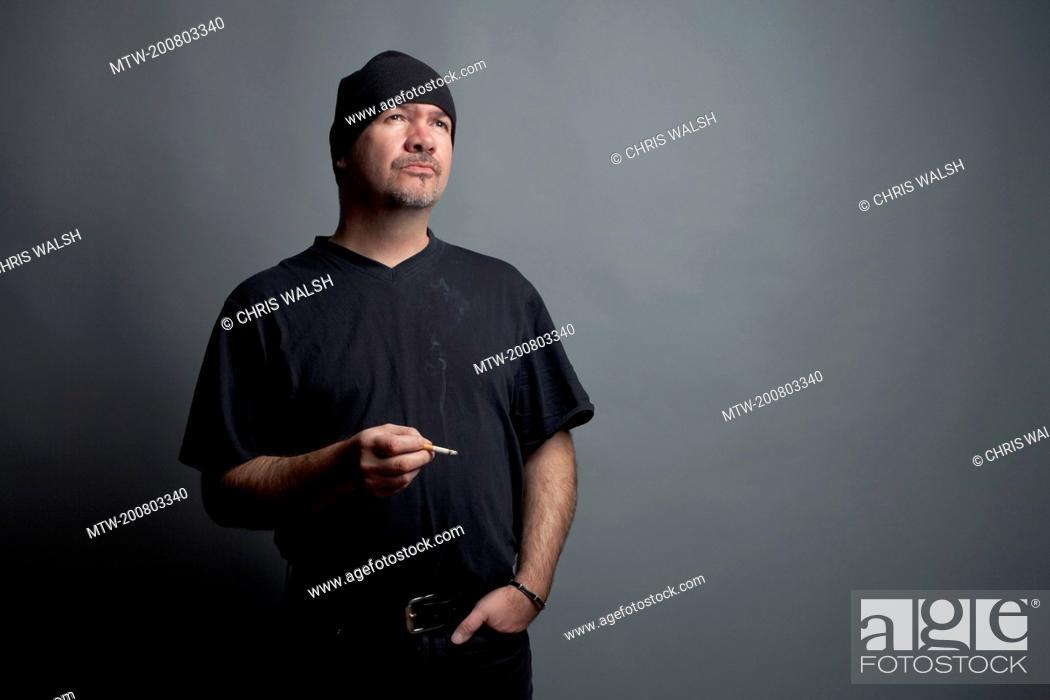 Imagen: Man beanie portrait 40 smoking wool cap serious.