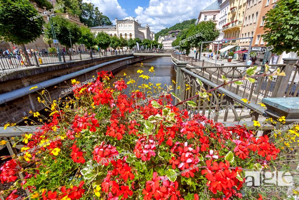 Imagen: The city center with buildings and hotels along the colonnade, Karlovy Vary (Carlsbad), spa town, West Bohemia, Czech Republic.