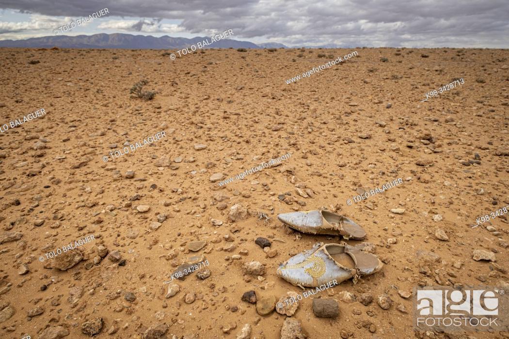 Imagen: alpargata magrebi perdida en el desierto, valle del Muluya. Atlas medio. Marruecos, Africa.