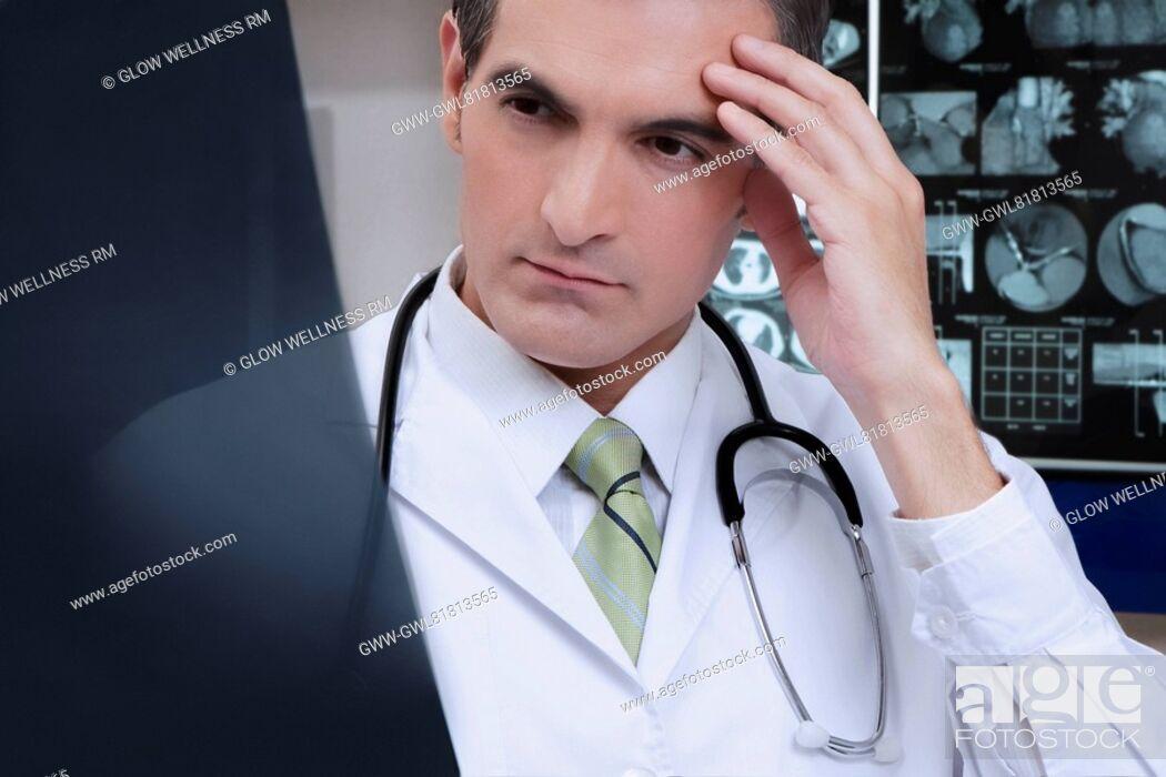 Imagen: Doctor examining an x-ray report.