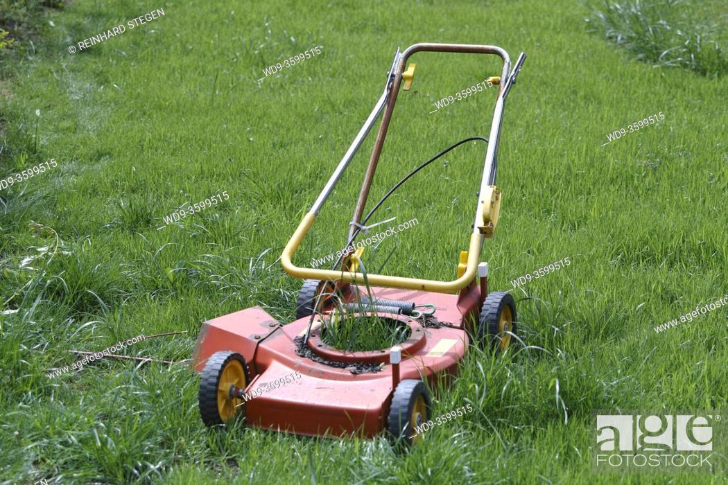 Imagen: useless machine; lawn mower; without engine.