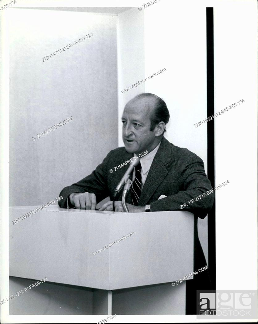Imagen: Dec. 12, 1972 - Osborn Elliott, Chairman of the Board, Newsweek speaking at press conference on expansion for International Editors.