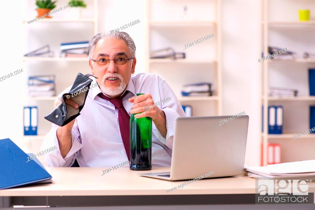 Imagen: Old businessman in bankruptcy concept.
