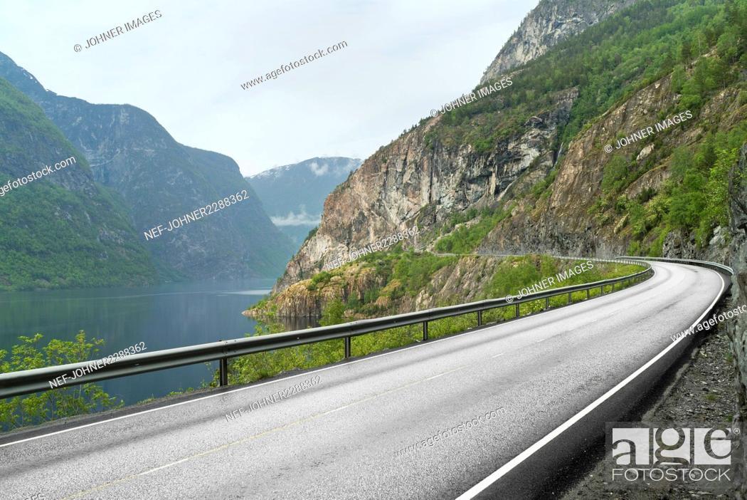 Imagen: View of road at lake.