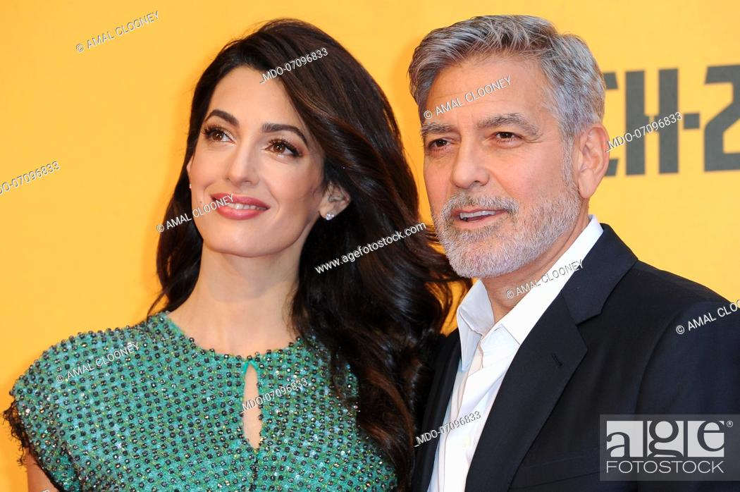Imagen: American actor George Clooney and his wife, Lebanese lawyer Amal Clooney attend the premiere of the Sky TV serie Catch-22.