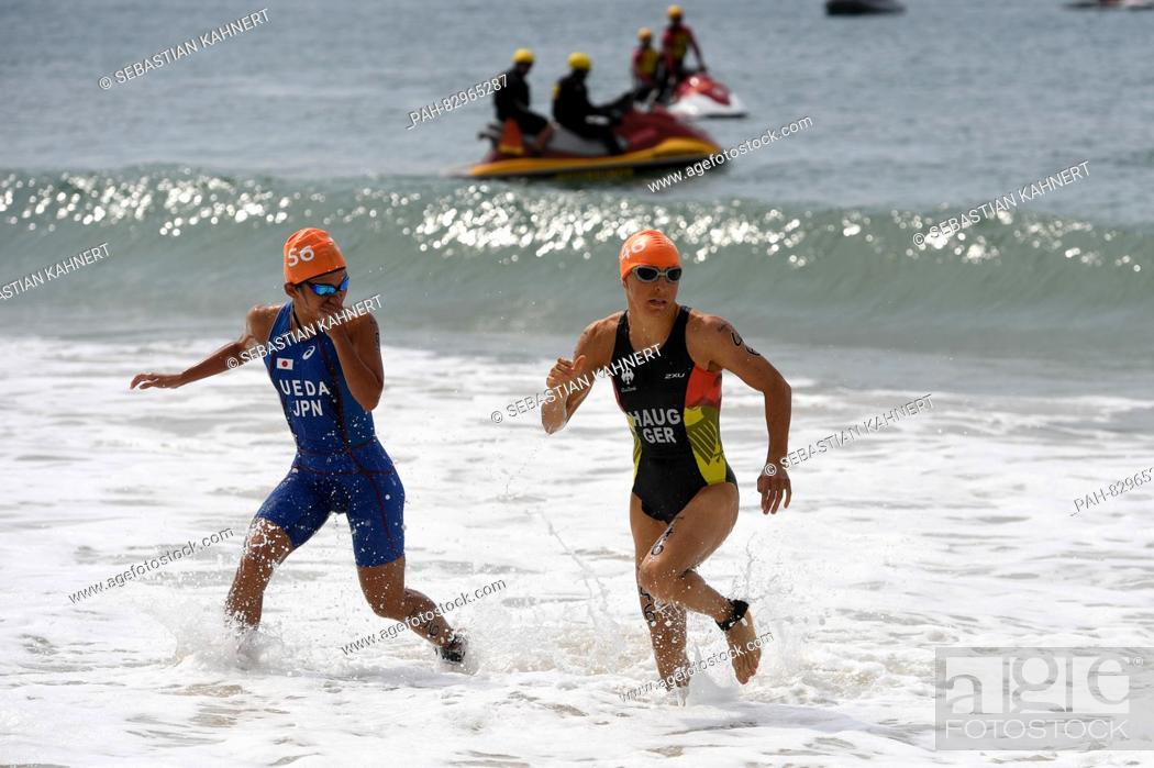 Imagen: Anne Haug (R) of Germany and Ai Ueda of Japan run out of the water during the Women Triathlon of the Rio 2016 Olympic games at Fort Copacabana in Rio de Janeiro.