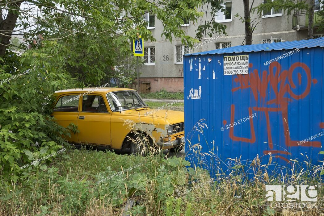 Imagen: Decaying social housing and old car in a modest neighbourhood of the industrial city of Nizhny Novgorod on the Volga river, Russia.
