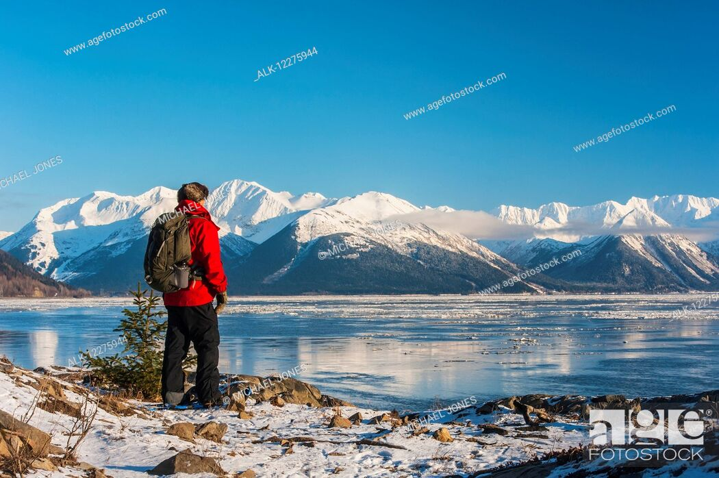 Imagen: A man snowshoeing along the Cook Inlet with Kenai Mountains in the background, Southcentral Alaska, Winter.