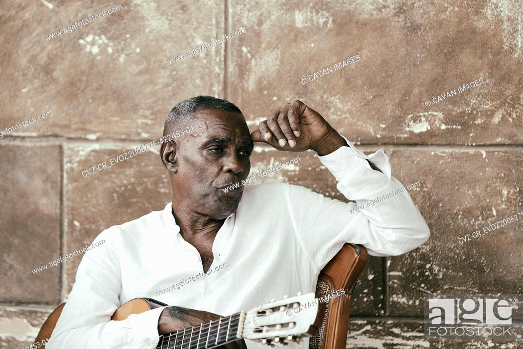 Imagen: Cuban musician playing with his group in the streets of Havana, Cuba.