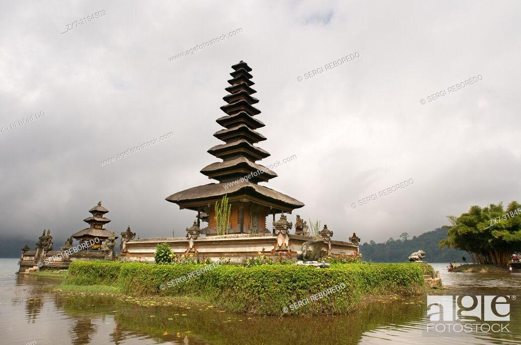 Imagen: Hindu Buddhist temple Pura Ulan Danu Bratan on shores of Lake Bratan in Bali Indonesia.