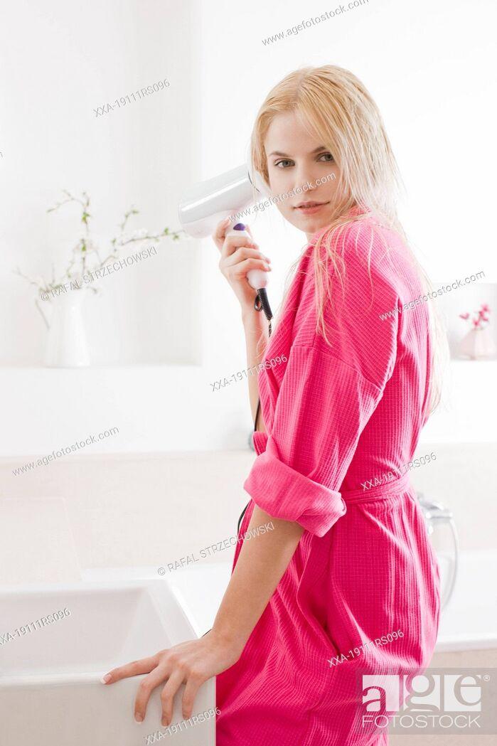 Imagen: woman drying hair.