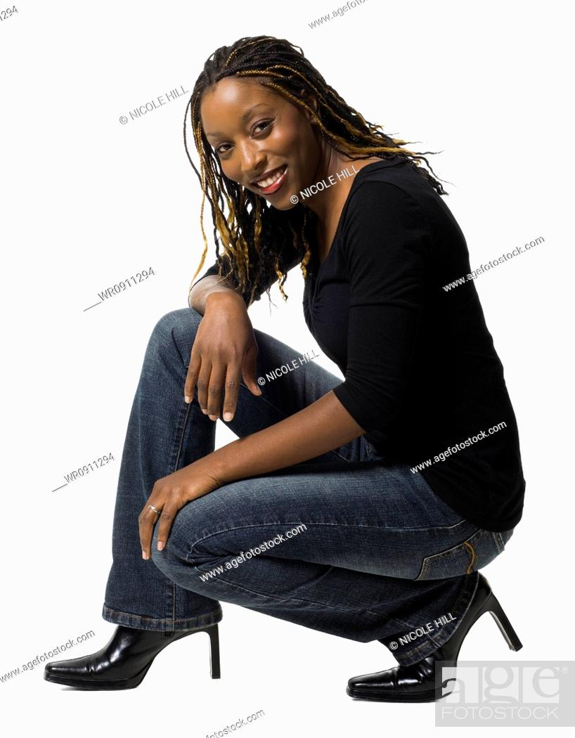Imagen: Female with braided hair crouching.