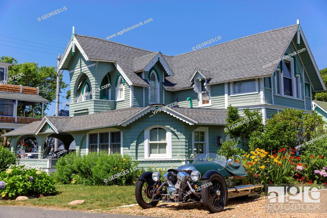 Imagen: Martha's Vineyard colored painted wood houses vintage sport car cycle car Oak Bluffs MA USA Massachussets.