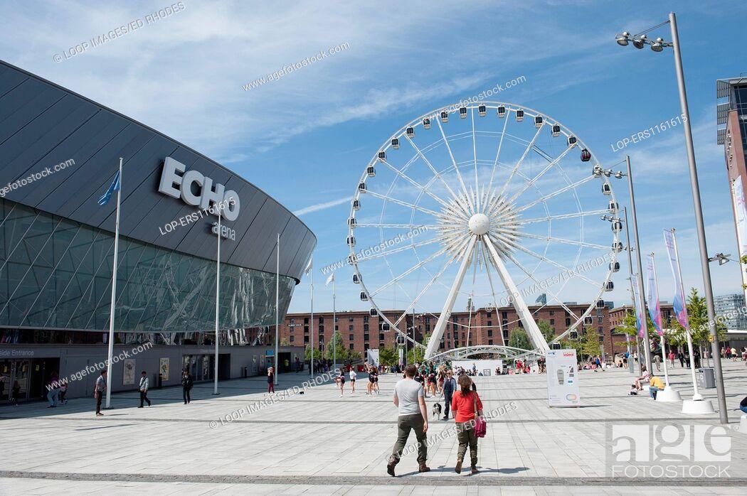 Imagen: The Liverpool Echo Arena and ferris wheel and Albert Dock.