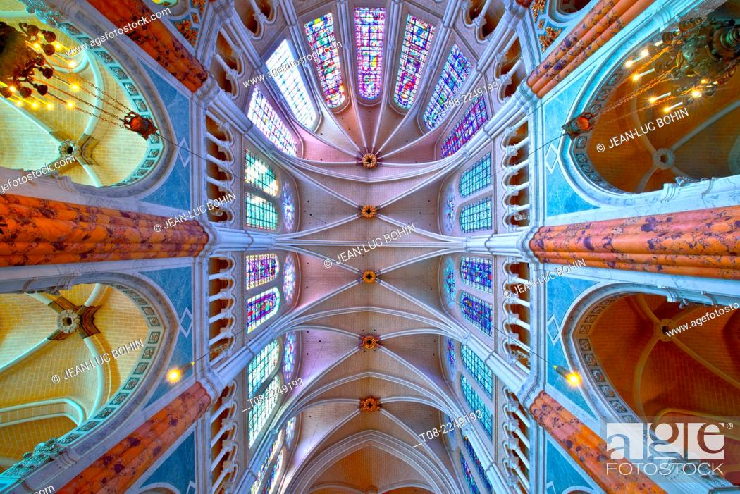 Imagen: france, beauce, cathedral inside : choir, columns, stained-glass windows and roof.