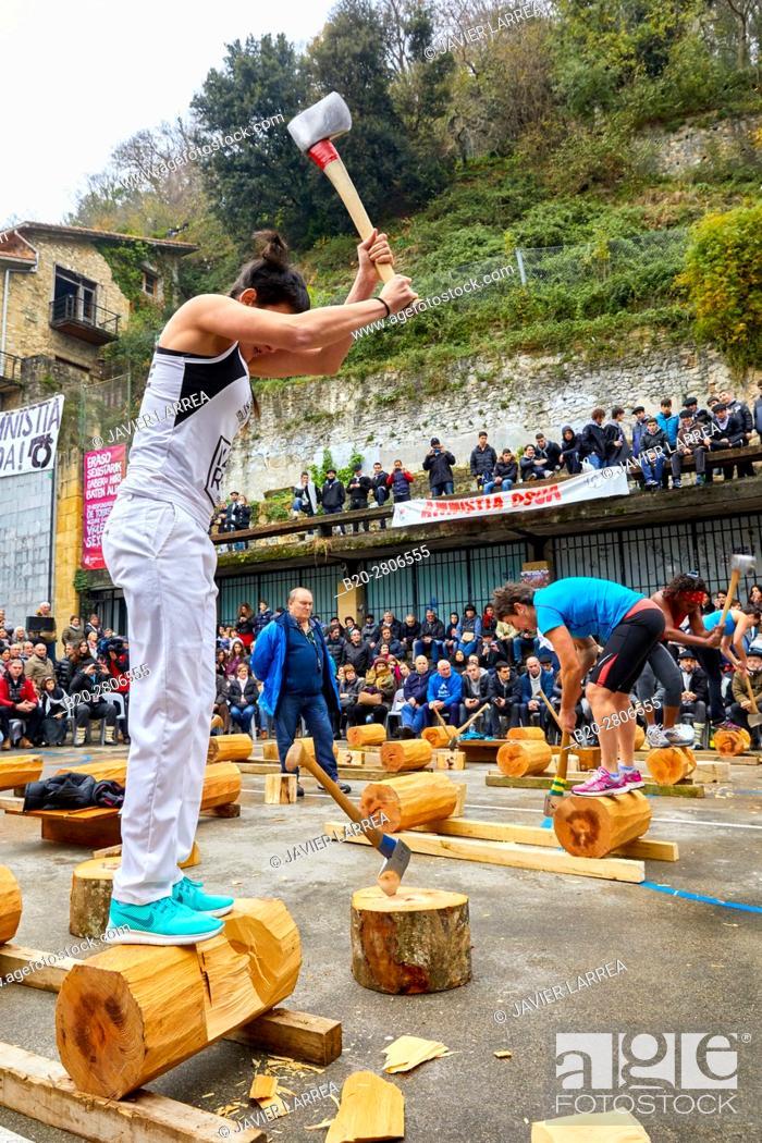 Imagen: Competition of female Aizkolaris, Cutting of logs, Plaza de la Trinidad, Feria de Santo Tomás, The feast of St. Thomas takes place on December 21.