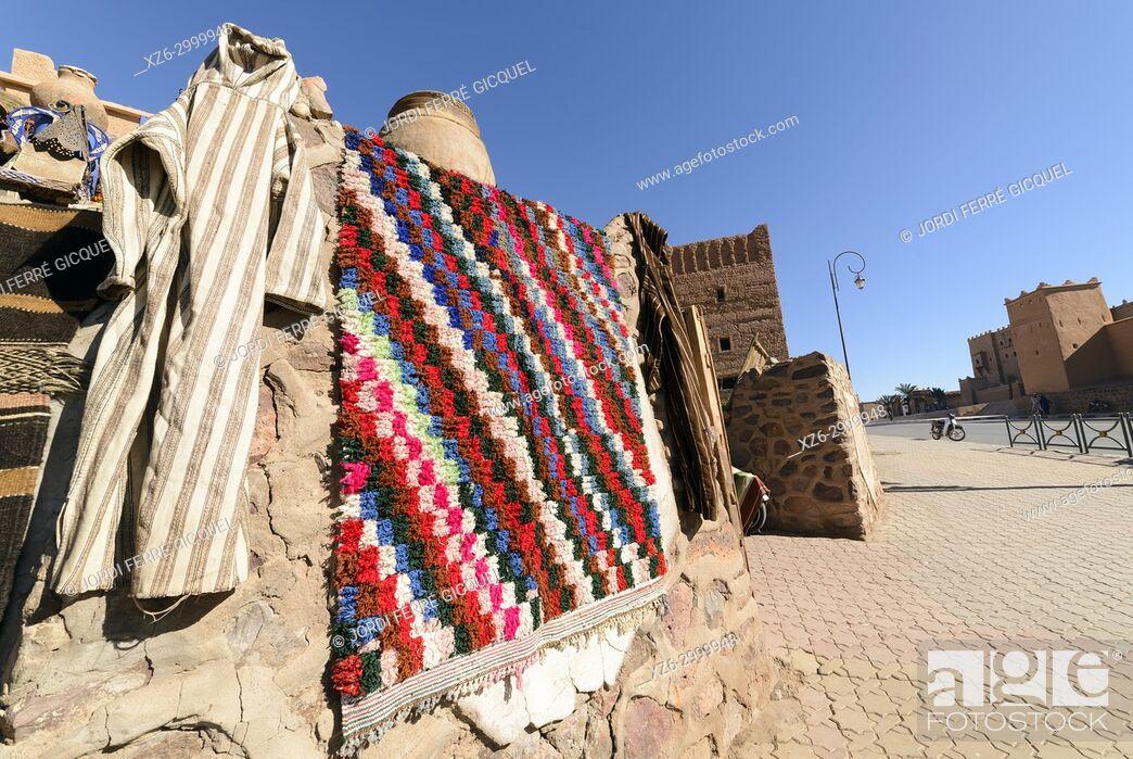 Imagen: Textile carpets in a souk, Ouarzazate, Morocco, Africa.