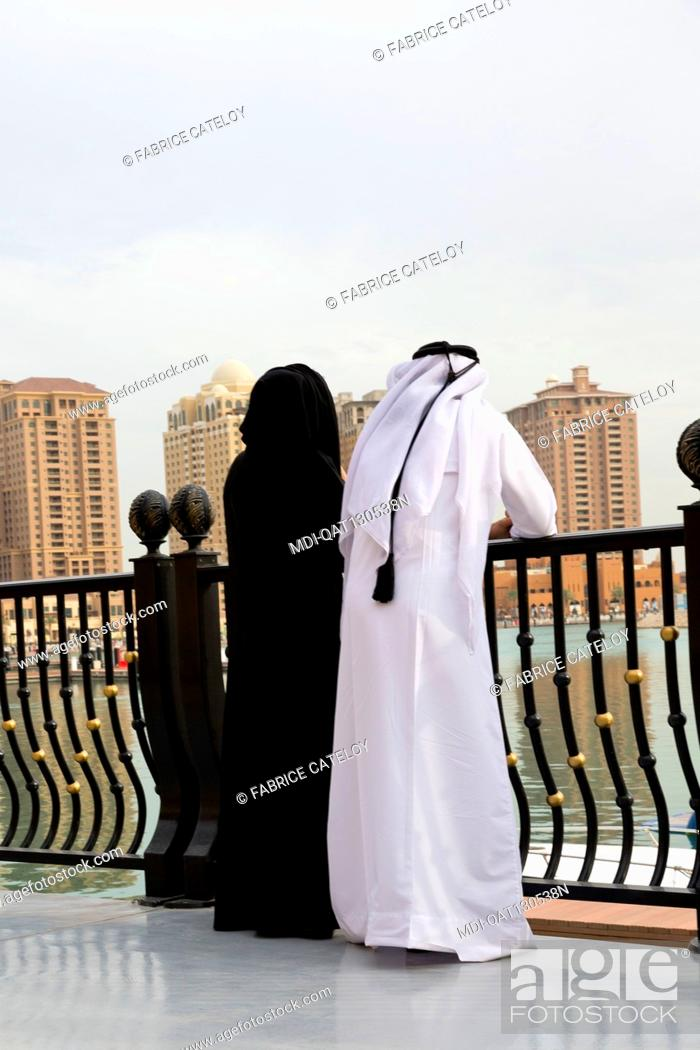 Imagen: Qatar - Doha - The Pearl - Porto Arabia - Qatari walking on La Croisette.