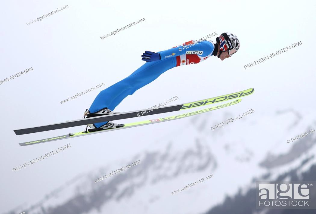 Imagen: 04 March 2021, Bavaria, Oberstdorf: Nordic skiing: World Championships, Ski jumping - large hill, men. Robert Johansson from Norway during the trial round.