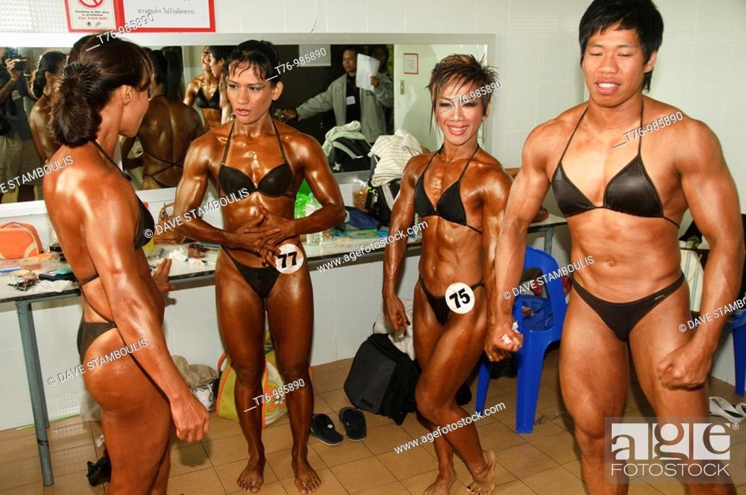 Imagen: ladyboy bodybuilders taking part in a competition in Bangkok Thailand.