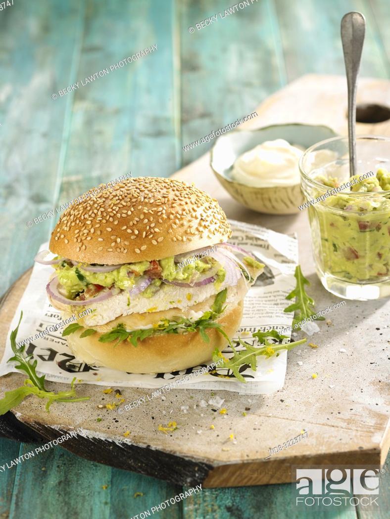 Imagen: hamburguesa de pollo con guacamole / Chicken burger with guacamole.