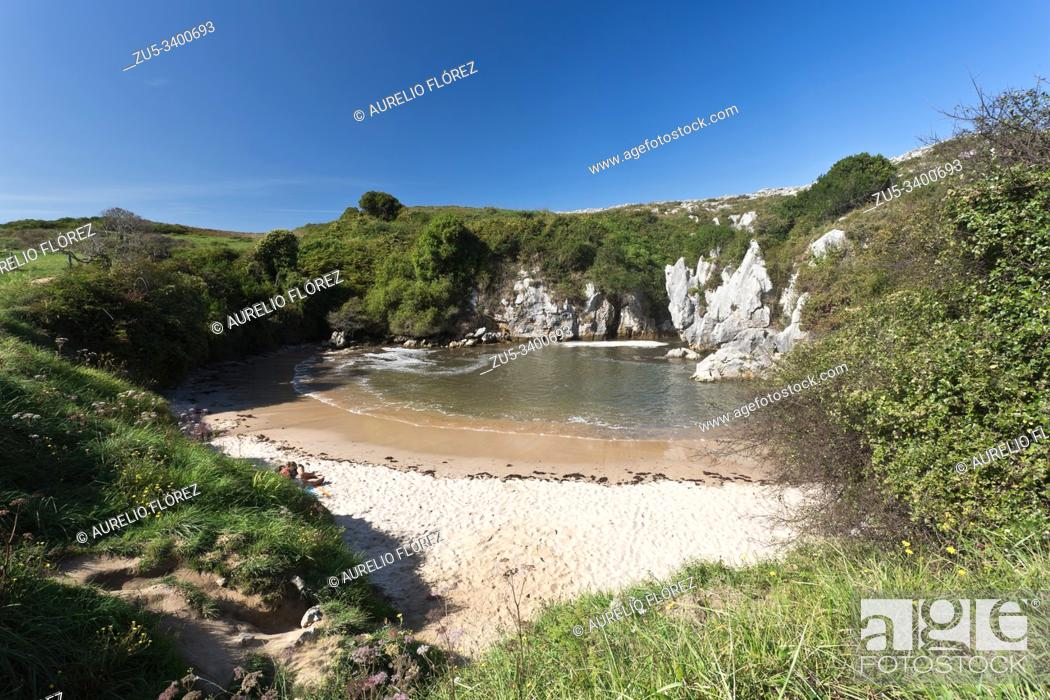 Imagen: The beach of Gulpiyuri is a small beach located in the municipality of Llanes, north of the town of Naves (Asturias, Spain) It was declared a natural monument.