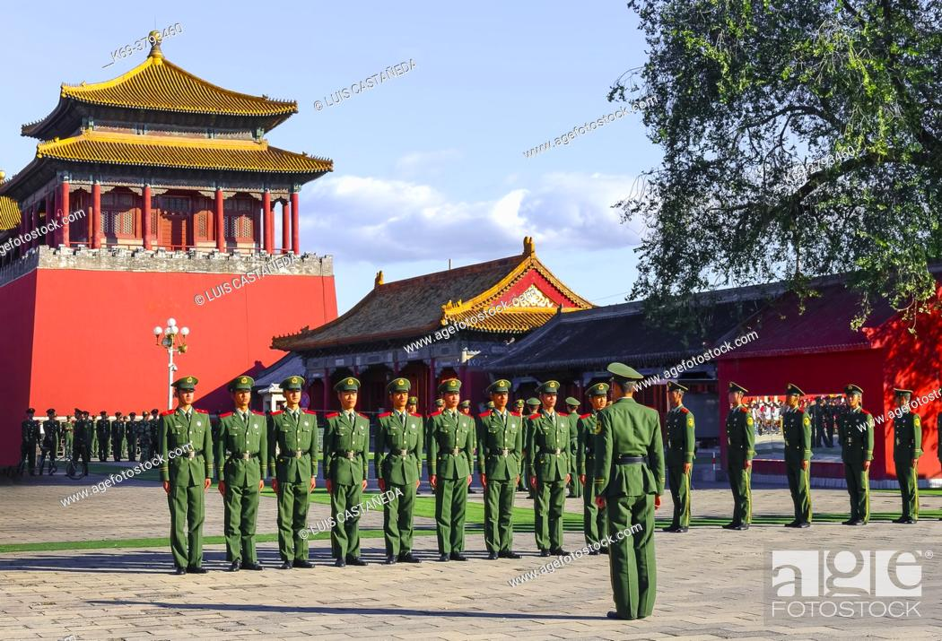 Stock Photo: Red Army Soldiers at The Forbidden City. Beijing. China.