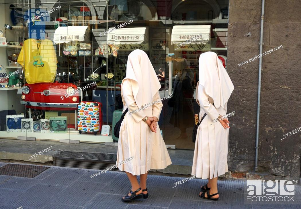 Imagen: Nuns Window Shopping, Florence, Italy.
