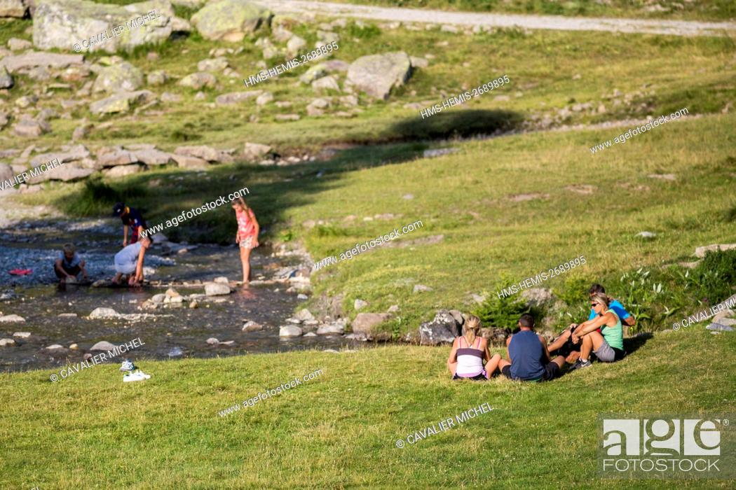 Stock Photo: France, Alpes de Haute Provence, national park of Mercantour, Haute Hubaye, relaxation in family near the river Hubayette in the valley of Fourane.