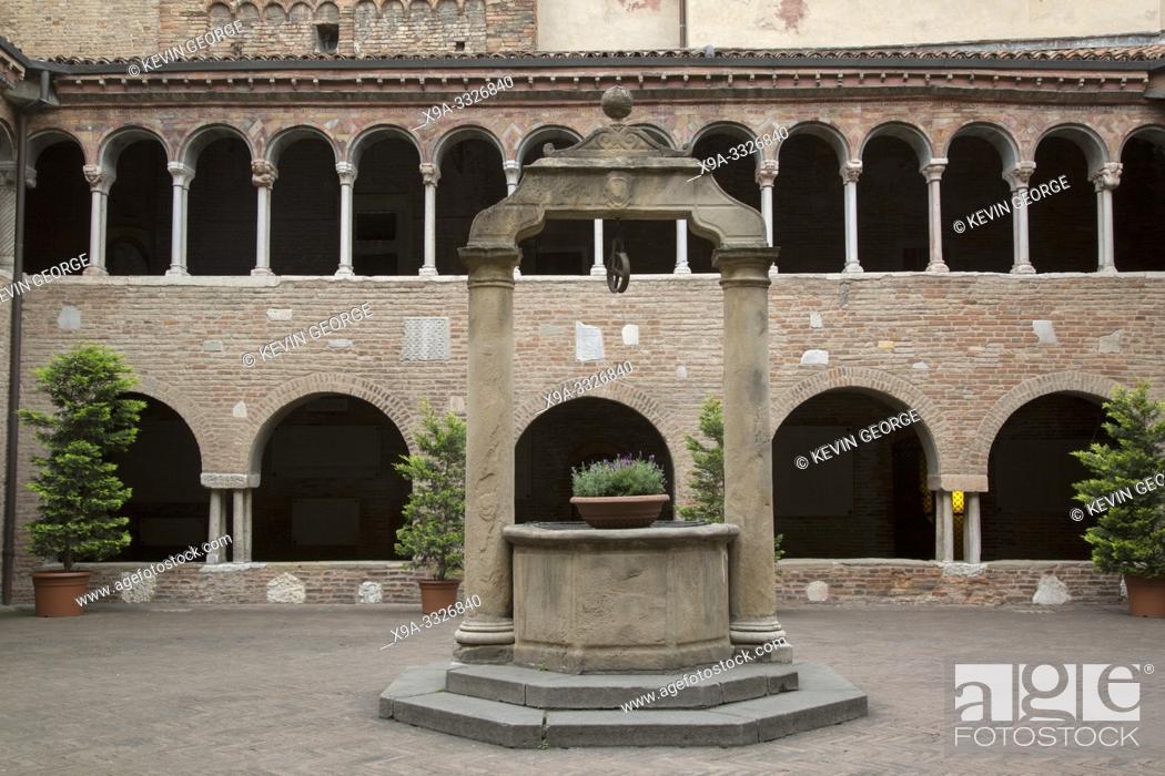 Imagen: Cloister of Basilica Church Santo Stefano; Bologna; Italy.