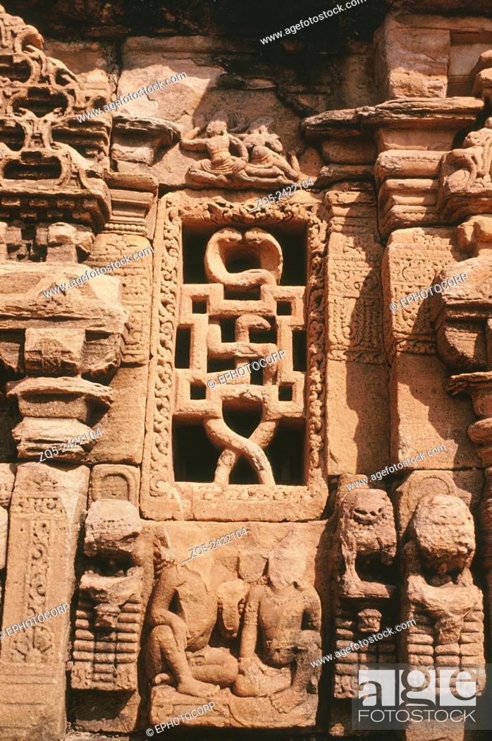 Imagen: Pattadakal Papanatha temple, circa 735 AD. Swastika/ cobra window on South façade.