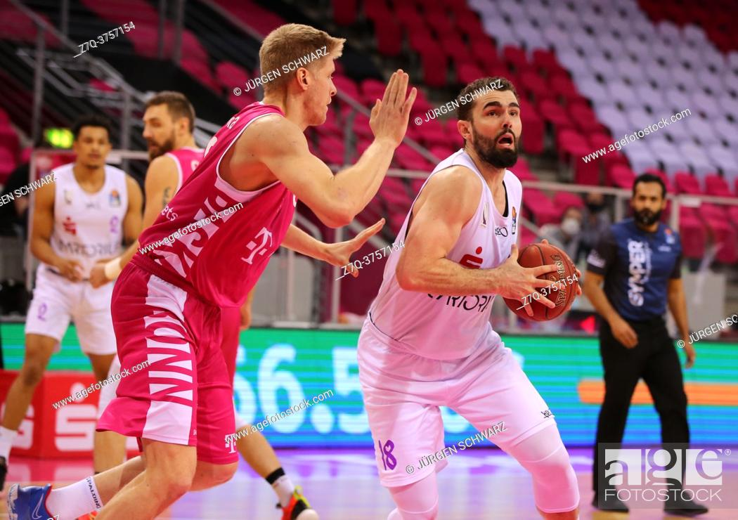 Photo de stock: Bonn, Germany, 27. 12. 2020, Telekom Dome, Basketball Bundesliga, Telekom Baskets Bonn vs BG Goettingen: Benjamin Lischka (Bonn) und Harper Kamp (Goettingen).