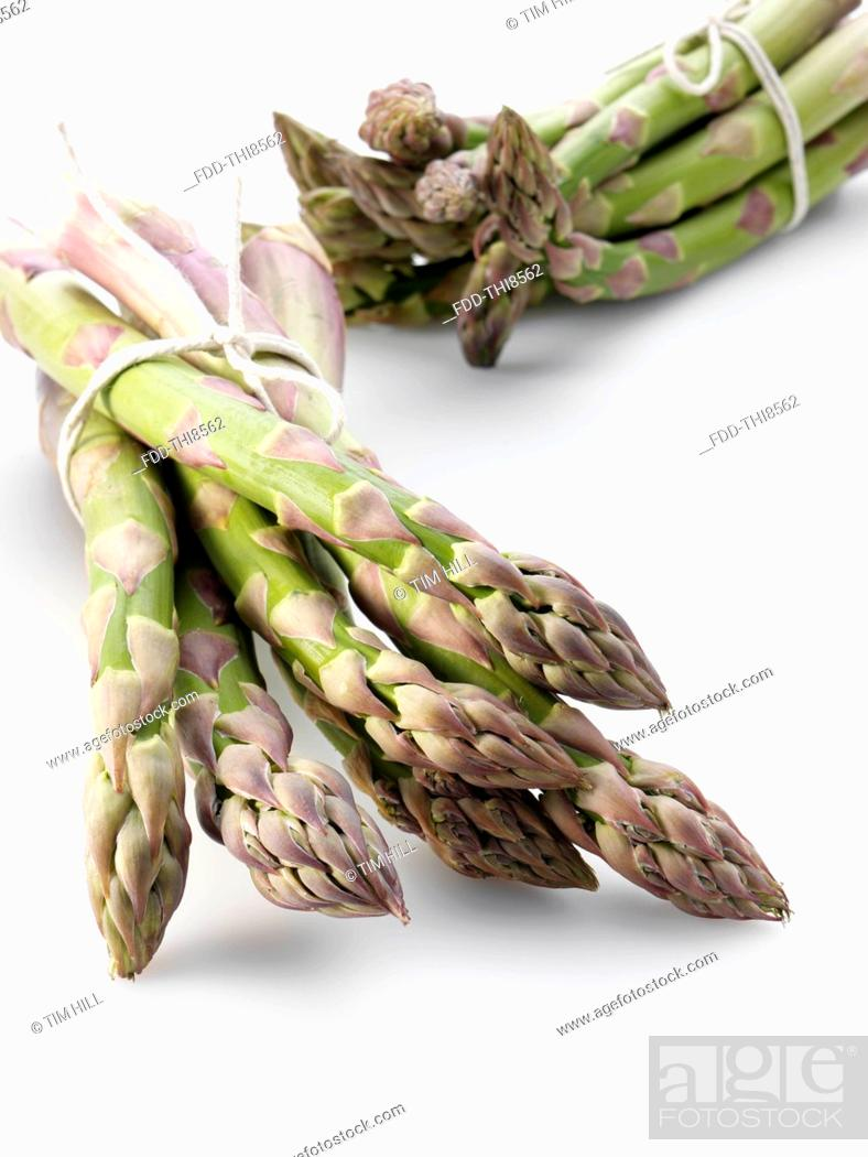 Imagen: Bunches of fresh asparagus.