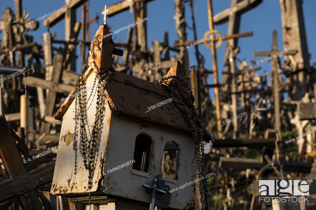 Imagen: Siauliai, Lithuania The Hill of Crosses, or, KryžiŠ³ kalnas, a pilgrimage site for Catholics and is a collection of 100, 000 crosses.