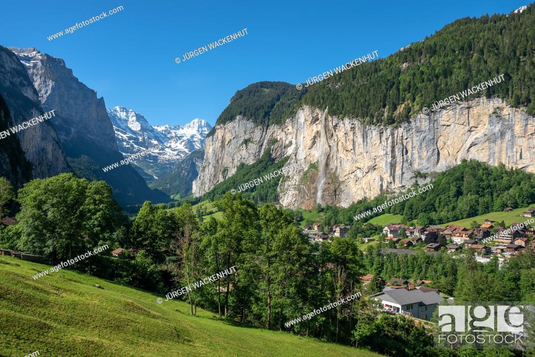 Imagen: View into the Lauterbrunnen Valley with Staubbach Falls, Lauterbrunnen, Bernese Oberland, Switzerland, Europe.