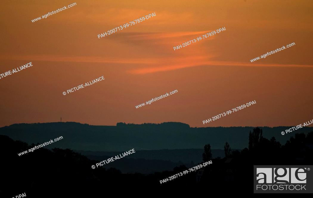 Imagen: 13 July 2020, Baden-Wuerttemberg, Stuttgart: A cloud formation can be seen above a forest on the horizon. Photo: Marijan Murat/dpa.